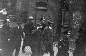 Die am 10. November 1938 verhafteten Barsinghäuser Juden werden durch die Kaltenbornstraße abgeführt: Sally Hirschberg und Erich Seligmann (2.+3.v.l.), davor Hermann Lehmann und Siegfried Rothschild (4.+6.v.l.). Stadtarchiv Barsinghausen
